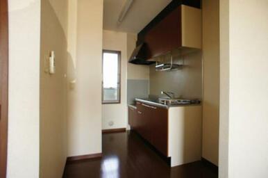 キッチンわきにも窓があり、換気などに便利です。
