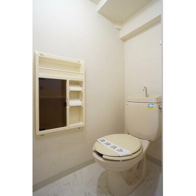 ツールBOX付のトイレです。上部に収納棚も付いてます。