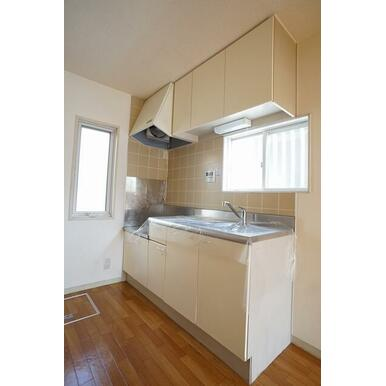 換気窓のある明るいキッチンです。