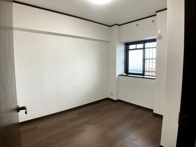 「洋室」玄関横のもう一つの洋室です。主寝室にも使える広さです。