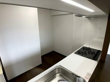 「キッチン」奥には冷蔵庫もちゃんとおけるスペースがあります。