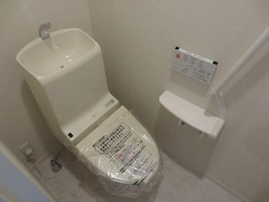 【トイレ】温水洗浄機能付き便座で快適な空間です。手すりもついております。