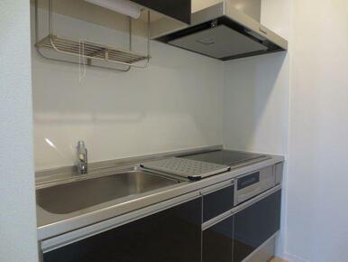 【キッチン】3口のIHコンロ&グリル付き、お掃除もしやすく収納も多いキッチンとなっております。