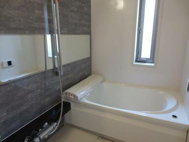 【浴室】高級感のある浴室は、一日の疲れを癒してくれる空間です。小窓も配置しているので空気の入れ替えが
