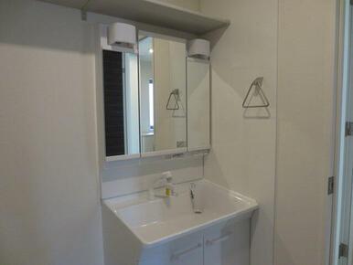 【独立洗面台】洗髪洗面化粧台は、洗面台のお掃除もしやすくなっております。タオル掛けや、小物などの収納