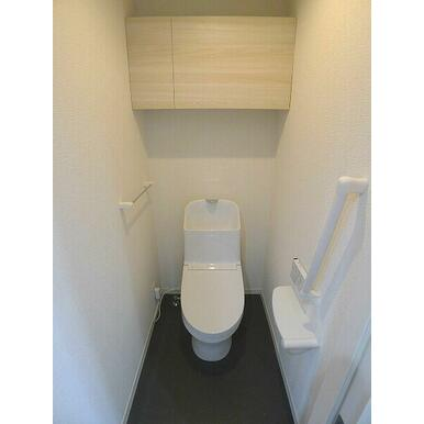 【トイレ】トイレには洗浄機能付き便座を設置!!ツールボックスや上部棚、タオルハンガーを設置しておりま