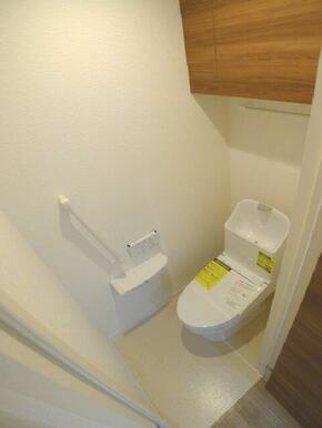 【トイレ】トイレには洗浄機能付き便座を設置☆ツールボックスや上部棚、タオルハンガーを設置しております