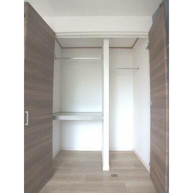 【収納】2段棚の収納とハンガーを掛けられる収納の2タイプ併用の収納です♪衣装ケースやお布団、衣類をハ