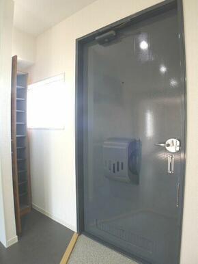【玄関】玄関収納はシューズクロークとなっております☆中板は取り外しができるため高さ調整も可能です☆