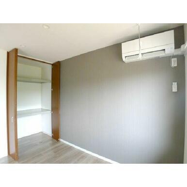 【洋室】南側に面したお部屋です♪このお部屋の収納は天井近くまで高さのあるクローゼットです!! 衣装ケ