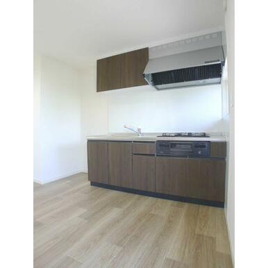 【キッチン】ビルトインガスコンロ付きのキッチンです☆上下に収納スペース♪小窓も付いている空間ですので