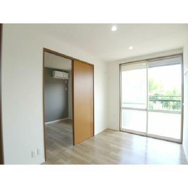 【洋室】南側の洋室です☆キッチンや隣の部屋とはスライド式の扉で仕切っております♪