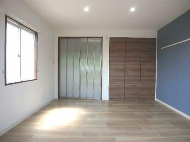 【洋室】南向きのお部屋です♪収納はクローゼット収納があります☆キッチンとの仕切り扉は霞み入りのスライ
