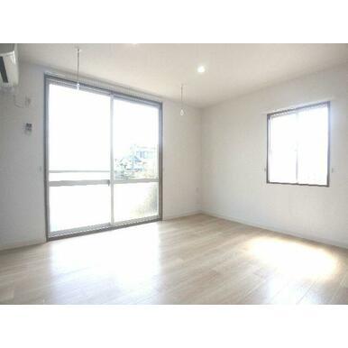 【洋室】1階角部屋になります☆角部屋ならではの2面採光!空間を明るく演出します♪