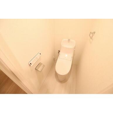 シャワートイレで快適な毎朝をスタート!ホワイトで清潔感のある空間に仕上がりました。