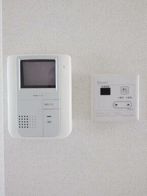 来訪者をモニターで確認出来るインターホン付き☆防犯上でも非常に重要な設備です。
