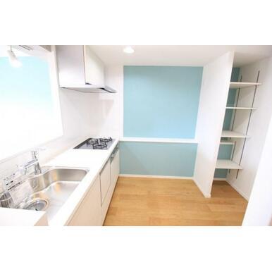 【キッチン】3口コンロ・食洗機付きのキッチン。