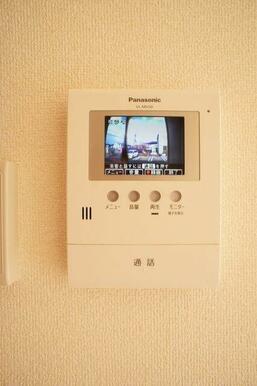 【TVドアホン】来訪者を声と映像で確認できて女性にも安心を与えるカラーモニター付ドアホン♪録画機能付