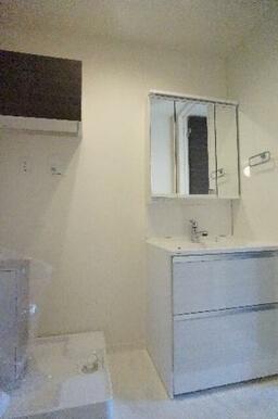 朝の身支度には重宝する独立洗面台です♪