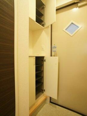 玄関クローゼットはセパレートタイプとなります。 空間にはお気に入りの小物を飾ってみてはいかがですか♪