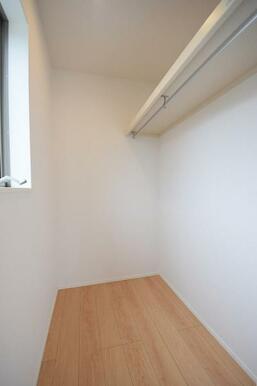 各居室に大きな収納付きでお部屋を広く使えます!