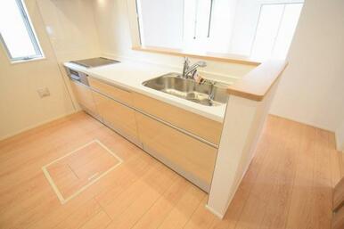 大容量の収納を兼ね備えた使いやすいシステムキッチン