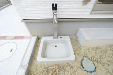 お庭には水栓付でガーデニングも楽しめます