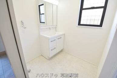 白を基調とした洗面所は洗濯機置き場も確保しております♪