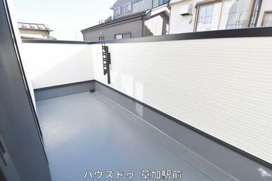 2階のベランダです!二面バルコニーなのでお洗濯物の干し分けも可能!