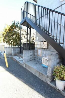 階段下に専用ゴミ集積所・集合ポストが有ります。