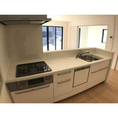 キッチン 耐久性の高い人工大理石カウンター。食洗機・浄水器付きです。