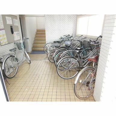 屋内駐輪スペース完備