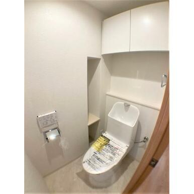 【トイレ】トイレットペーパーや掃除用具の収納も安心!