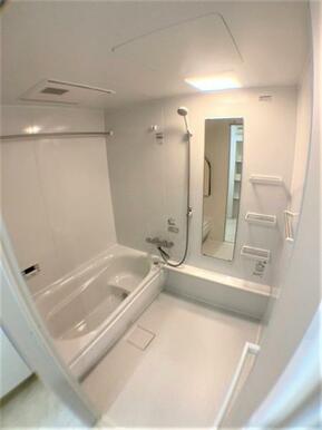 【浴室】ステップ付なのでお子様やお年寄りの方の入浴も安心♪