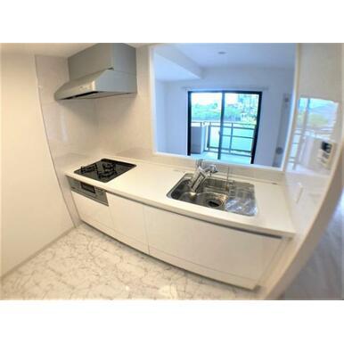 【キッチン】白を基調とした清潔感あふれる広々としたオープンキッチン!
