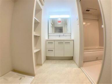 【洗面所】嬉しい洗面室収納付!三面鏡で身支度もスムーズです♪