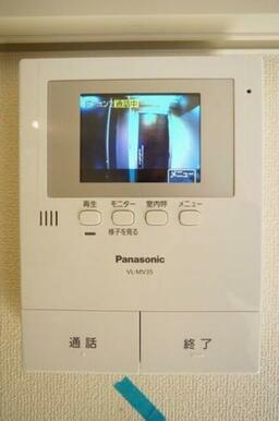 【設備】カラーモニター付きインターホンが設置されています。これで、突然の来客時にも安心して対応できま