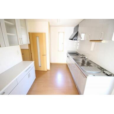 キッチン背面にはおしゃれな備え付け食器棚付です