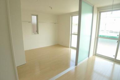 LDKに隣接した洋室は6.4帖の広さとなります☆ 可動式間仕切り壁を解放すると、お部屋を広~くお使い