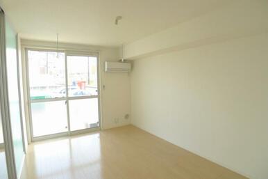 2LDK角部屋のお部屋です☆ エアコン1基、室内物干しホスクリーン設置しています♪