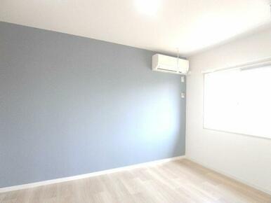 【洋室・室内物干】エアコン1台付きで☆壁はおしゃれなアクセントクロス♪天井吊り下げの室内物干しも設置