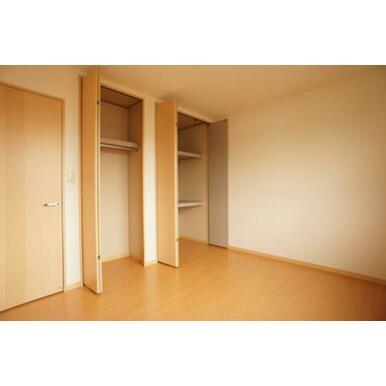 南側洋室の収納は2サイズ(奥行100㎝・60㎝)あります。