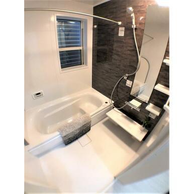 【8号棟浴室】 浴室換気暖房乾燥機付!高齢の方の入浴も安心です。※物件により色味が異なります。