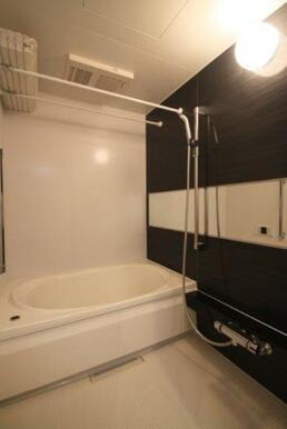 浴室です。浴室乾燥機能付きですので、室内干しもできます★