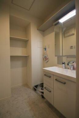 脱衣所には可動棚がございますので、タオル置きスペースに便利です★