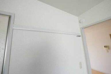 壁に穴を開けずに洋服等が掛けられる化粧幕板になります♪