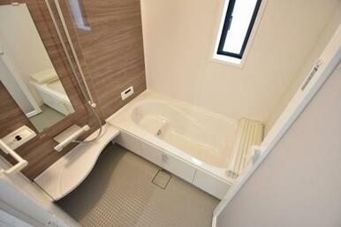 広々約1坪の浴室!ベンチタイプの浴槽で小さなお子様とのお風呂も楽しめます