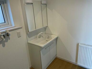 洗面化粧台は3面鏡付きで、収納力もあり便利です。
