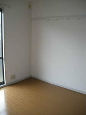 洋室にはハンガーフックがついており洋服やカバンも掛けられます。