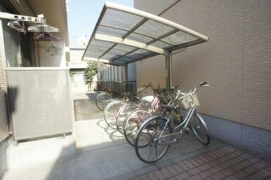 居住者専用の自転車置場は屋根付きです。雨が降っても大切な自転車の雨避けになります